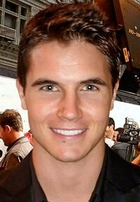 image Robbie Amell